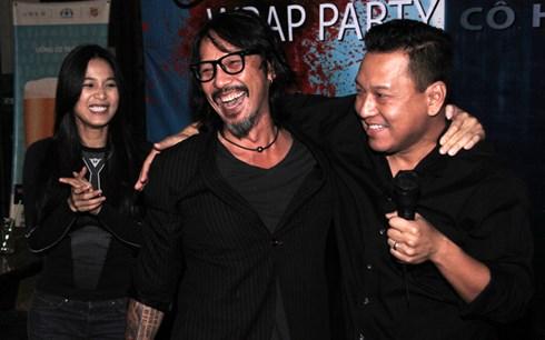 Diễn viên Nhung Kate, nhà sản xuất Timothy Linh Bùi và đạo diễn Derek Nguyễn vui vẻ tại buổi tiệc đóng máy