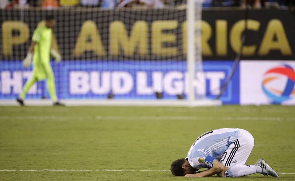 Hình ảnh tiêu biểu cho thất bại của thế hệ hiện có của bóng đá Argentina: Cúi đầu trước nghịch cảnh