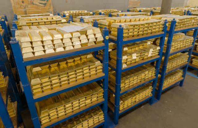 Các thỏi vàng được xếp thành hàng trên các kệ màu xanh. Mỗi thỏi nặng khoảng 12kg, có giá 500.000 đôla, nhiều hơn giá mua một ngôi nhà ở bên Anh. Các thỏi vàng có chút khác biệt nhẹ với nhau tùy vào nơi sản xuất. Một số thỏi có cạnh dốc xuống để dễ lấy, một vài thỏi khác lại trông giống như một ổ bánh mì.