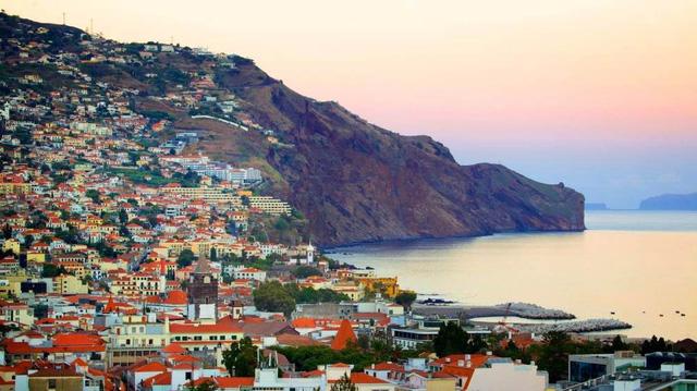 Khách sạn mang tên anh nằm ở bến cảng của đảo Madeira , Bồ Đào Nha