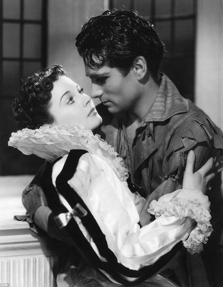 """Vivien Leigh và người đàn ông mà bà yêu nhất trong cuộc đời - nam diễn viên Laurence Oliver trong phim """"Fire Over England"""" (1937). Dù nổi tiếng đa tình, nhưng Vivien Leigh đã có cuộc hôn nhân kéo dài hơn 20 năm với nam diễn viên Laurence Olivier. Họ đã rất yêu nhau và cũng phải chịu đựng nhau rất nhiều trong cuộc hôn nhân này. Cuộc tình đầy yêu thương và giông tố của cặp đôi nằm trong số những chuyện tình vĩ đại nhất thế kỷ 20."""