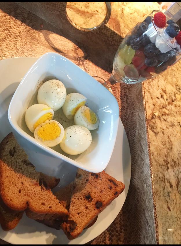 Một bữa sáng quen thuộc của Richards-Ross với bánh mỳ nướng, trứng luộc và hoa quả dầm sữa chua