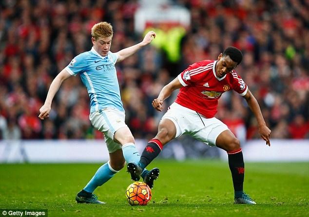 Man City (áo xanh) đang chiếm ưu thế trong trận derby lần này. Ảnh: Getty