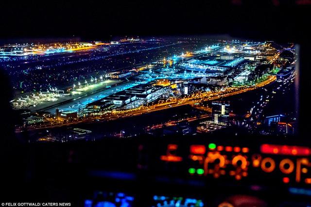 Khoảnh khắc đẹp ngoạn mục của một sân bay về đêm khi máy bay chuẩn bị tiếp cận xuống đường băng