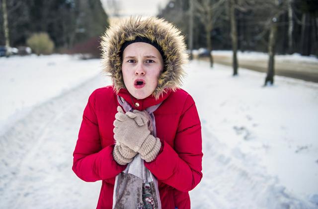 Hạ thân nhiệt là hiện tượng cơ thể giảm dần nhiệt độ, chủ yếu xảy ra do cơ thể không được trang bị quần áo đủ ấm để chống chọi với cái lạnh bên ngoài, làm việc lâu dưới môi trường có nhiệt độ thấp.