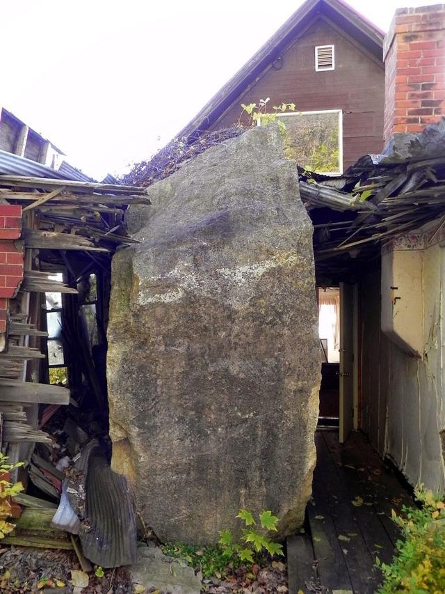 Tảng đá nằm ngay ở phòng ngủ của căn nhà