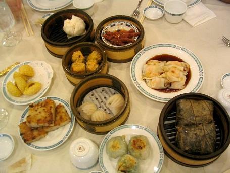Bữa sáng truyền thống của Trung Quốc khá đa dạng, tùy từng vùng khác nhau. Tuy nhiên phổ biến nhất vẫn là Dim Sum và một số món khác làm từ gạo.