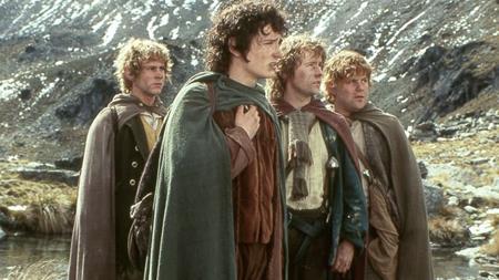 """Phần phim đầu tiên của """"Chúa tể của những chiếc nhẫn"""" cũng có cùng năm ra mắt với """"Harry Potter và Hòn đá Phù thuỷ"""". Đến bây giờ, tác phẩm điện ảnh giả tưởng của đạo diễn Peter Jackson vẫn là một trong những thương hiệu điện ảnh đình đám nhất thế giới."""
