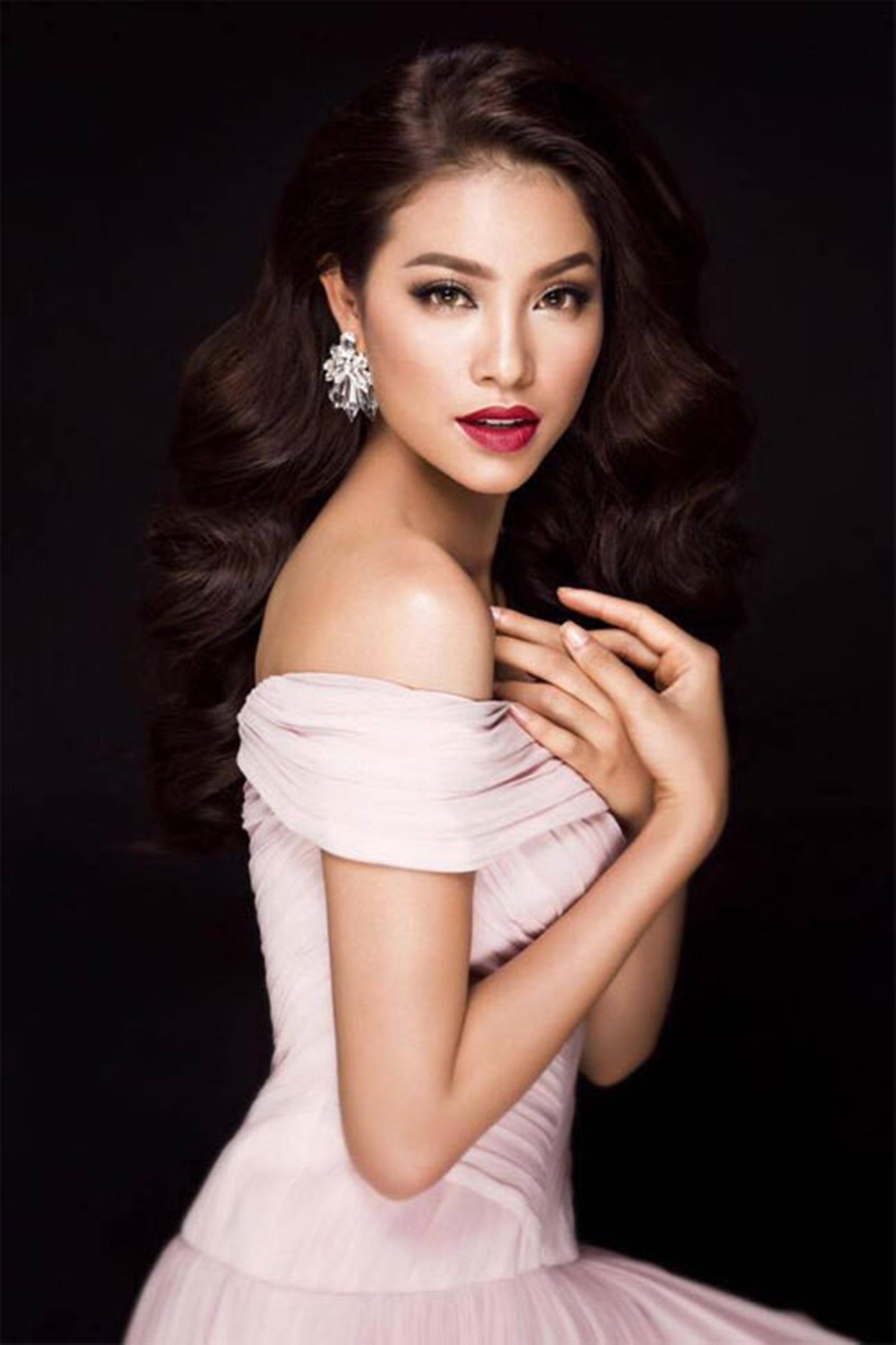 Trước khi dự thi Hoa hậu Hoàn vũ Việt Nam, Phạm Hương từng đoạt danh hiệu Á hậu 1 Hoa hậu thể thao 2014 tổ chức tại Nga và lọt top 10 Hoa hậu Việt Nam 2014.