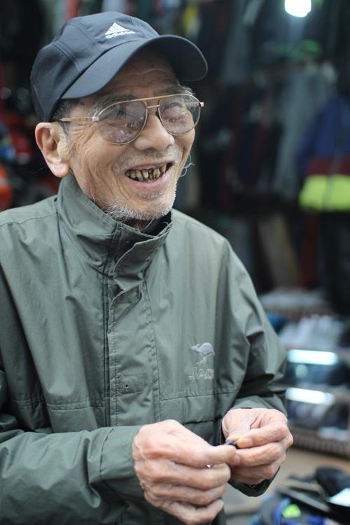 Hình ảnh của Trần Hạnh ngoài đời và trên phim không nhiều khác biệt, vẫn là dáng vẻ khắc khổ, hiền từ. Ông cười tươi khi có người tới thăm.