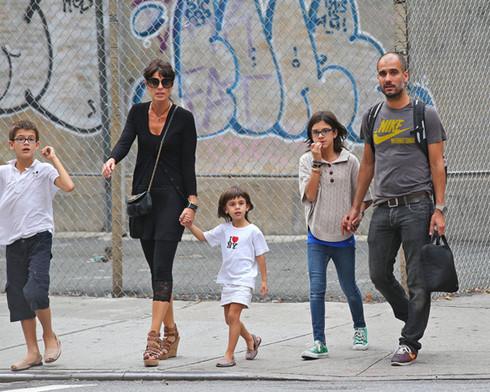 Vợ Pep Guardiola đang tìm trường học cho 3 con tại Manchester.