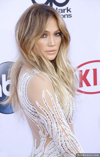 Cũng giống như Angelina Jolie, Jennifer Lopez cũng từng kết hôn 3 lần. Cuộc hôn nhân đầu tiên của JLo với Oјаnі Nоа chỉ kéo dài 1 năm, từ 1997 - 1998. Cuộc hôn nhân thứ 2 với Crіѕ Judd kéo dài 2 năm, từ 2001 - 2003. Cuộc hôn nhân cuối cùng của nữ ca sĩ với Mаrс Anthоnу kết thúc sau 10 năm chung sống khiến người hâm mộ vô cùng tiếc nuối.