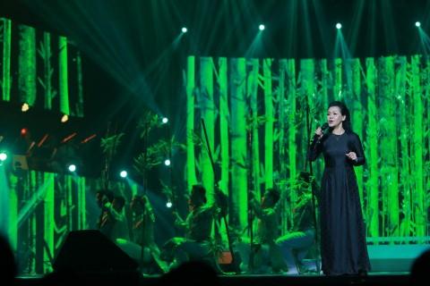 Live show Cúi xuống thật gần do đạo diễn Nguyễn Việt Thanh dàn dựng.