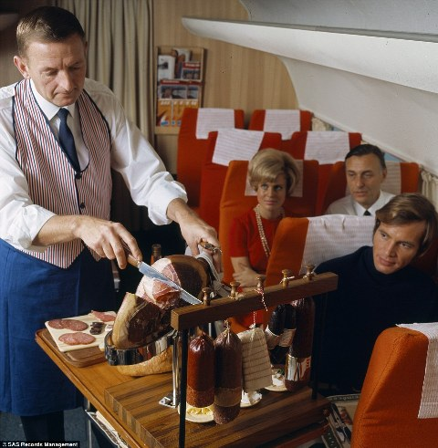 Scandinavian Airlines giới thiệu đến công chúng bộ ảnh này để kỉ niệm 70 năm ngày thành lập của hãng. Bạn có thể thấy cả một chiếc chân giò muốn được cắt ngay tại chỗ của hành khách.