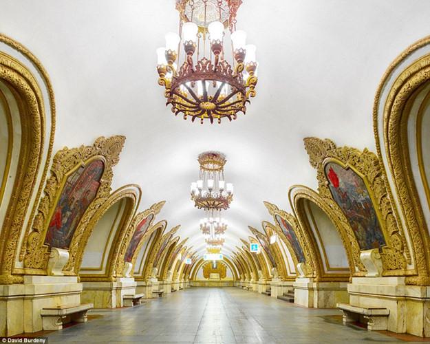 Theo số liệu hành khách năm 2013, hệ thống tàu điện ngầm Moscow là hệ thống đông đúc lớn thứ 4 trên thế giới, sau Tokyo, Seoul và Bắc Kinh. Ngoài chức năng về giao thông, mỗi trạm ga tàu điện ở đây còn được ví như bảo tàng nghệ thuật với cung điện lớn nằm ngầm dưới đất. Các trạm được trang trí bằng hệ thống đèn chùm, tranh tường khổ lớn, cột đá cẩm thạch…