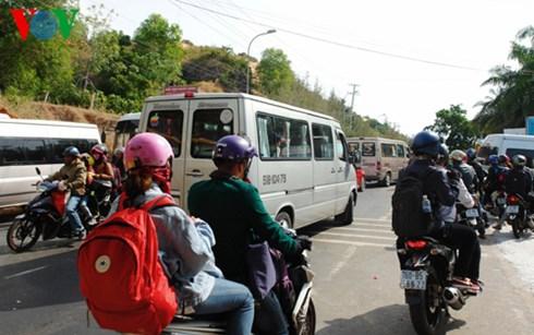 Xe ô tô, xe gắn máy từ khắp nơi nườm nượp về Mũi Né du lịch.