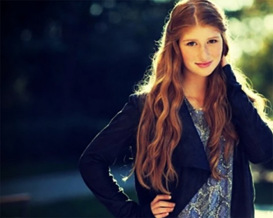 Jennifer sinh năm 1996 ở Medina, Washington. Cô gái trẻ sở hữu gương mặt khá xinh đẹp, tươi sáng.