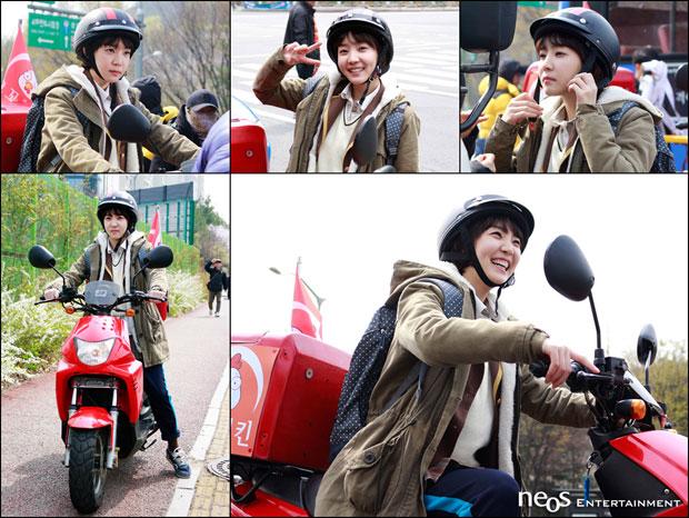 Shin Da Eun cười tươi rói trên trường quay.