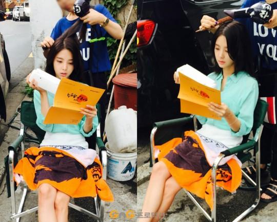 Nữ diễn viên Uhm Hyeon Gyeong tranh thủ đọc lại kịch bản trước khi vào quay.