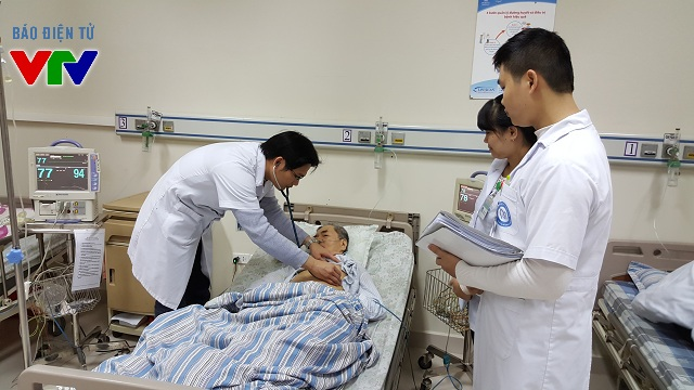 Bác sĩ Trần Văn Đồng luôn trau dồi chuyên môn và chăm sóc, chữa trị bệnh nhân chu đáo