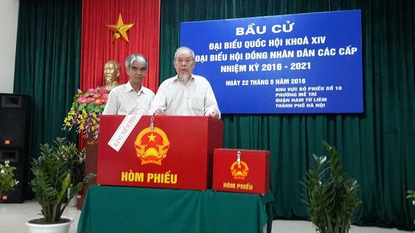 Sau lễ khai mạc, cụ Vũ Văn Khuê, 93 tuổi, là cử tri đầu tiên được ưu tiên bỏ phiếu bầu cử.