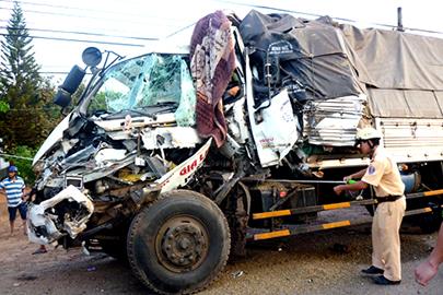Ô tô tải húc văng xe chở củi làm 2 người tử vong. (Ảnh: VOV)