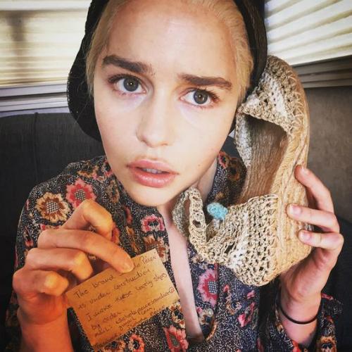 Cô nàng quậy tới mức hô biến cả giầy thành điện thoại.