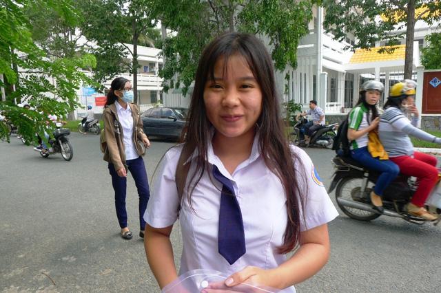 Em Ngọc Hoa cười tươi cho biết đề thi Văn năm nay vừa sức, bám sát chương trình sách giáo khoa.