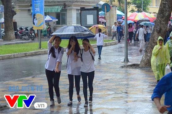Dù thời tiết mưa gió nhưng một số thí sinh vẫn đến nộp giấy chứng nhận kết quả thi trong ngày cuối cùng
