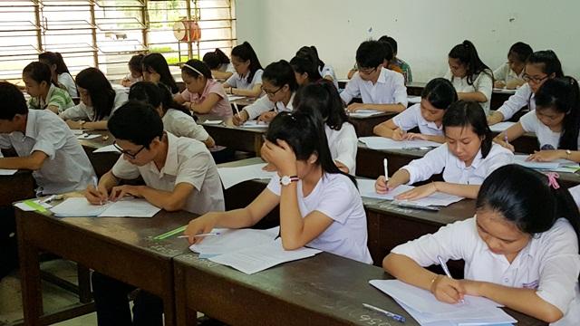 Các thí sinh đang làm bài môn Văn tại điểm thi Đại học Nông lâm Huế sáng 2/7