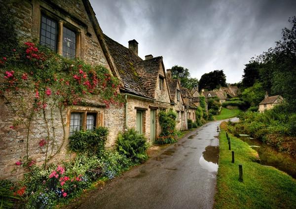 Màu đen của các ngôi nhà, màu xanh của cây cối, là hai mảng màu chính tạo nên nét quyến rũ độc đáo của Bibury.