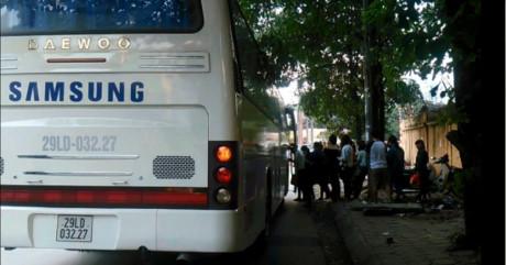 Tuy nhiên, ở đầu đường Duy Tân, đoạn giao với Phạm Hùng, nhiều xe có logo Samsung đã ngang nhiên dừng xe đón công nhân.