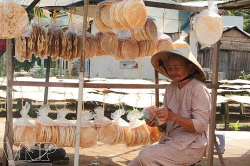 Một quán bán bánh phồng ở Sơn Đốc.