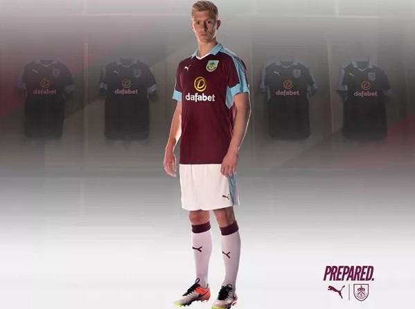 Áo đấu của tân binh Burnley nhìn rất giống với trang phục của Aston Villa, đội bóng bét bảng mùa trước.
