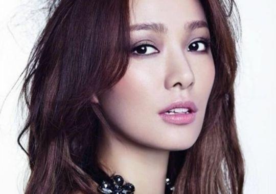 Có người nói những cô gái sinh tuổi Thân đều xinh đẹp, làng giải trí Hàn Quốc cho thấy nhiều ví dụ tương tự. Son Tae Young - một kiều nữ sinh năm 1980 khác được chú ý sau khi nhận giải Á hậu Hàn Quốc 2000. Cô có sự nghiệp ổn định và còn được nhớ đến với vai trò bà xã Kwon Sang Woo. Ảnh: Newsen.