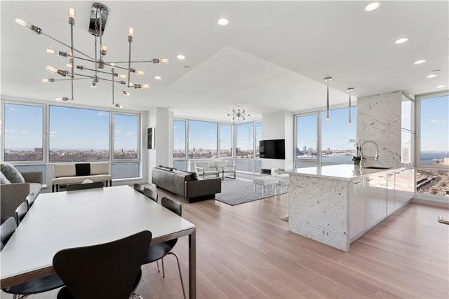 Căn hộ được thiết kế với không gian mở, lát sàn bằng gỗ sồi trắng, đá granite