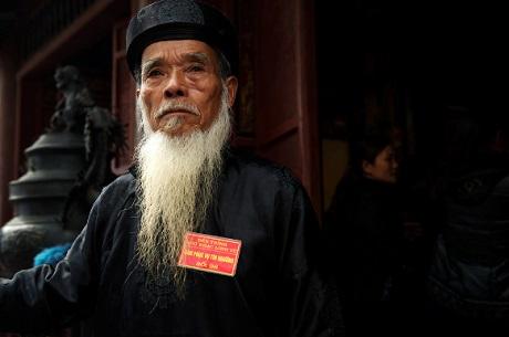 Một ông từ trông đền ở Chùa Hương.