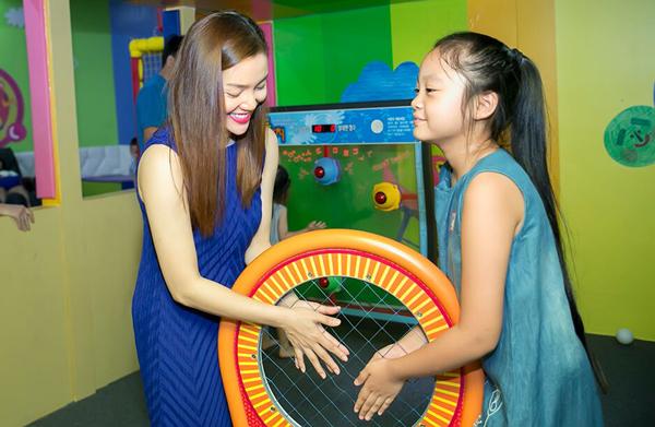 Ngọc Anh và khoảnh khắc chơi đùa cùng con gái