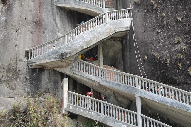 Cầu thang bằng đá được dựng chặt vào các vách đá tự nhiên của núi