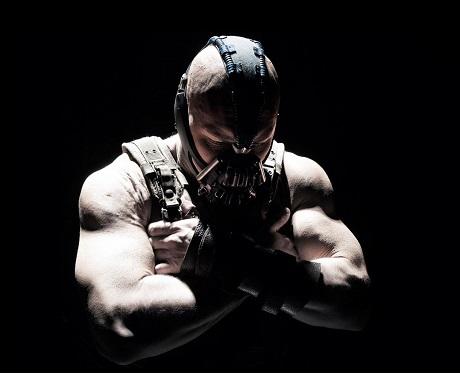 Tom Hardy trong tạo hình nhân vật phản diện Bane của loạt phim Người Dơi