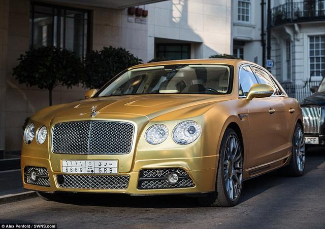 """Chiếc Mansory Bentley Flying Spur mang biển ngoại quốc đậu trên một tuyến phố """"nhà giàu"""" ở London"""