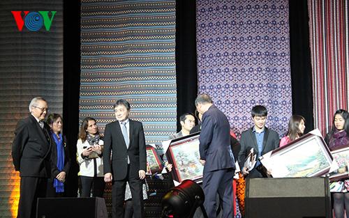 Đại sứ Nguyễn Ngọc Sơn trao giải Nhất cuộc thi Viết về Việt Nam.