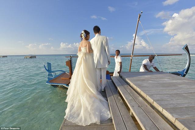 Để tới địa điểm dự lễ, du khách phải di chuyển trên những con thuyền gỗ