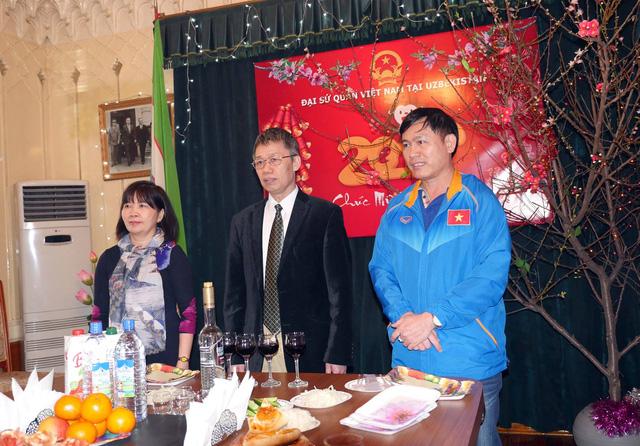 Trưởng đoàn Trần Anh Tú cùng các cầu thủ tại Đại sứ quán Việt Nam ở Uzbekistan