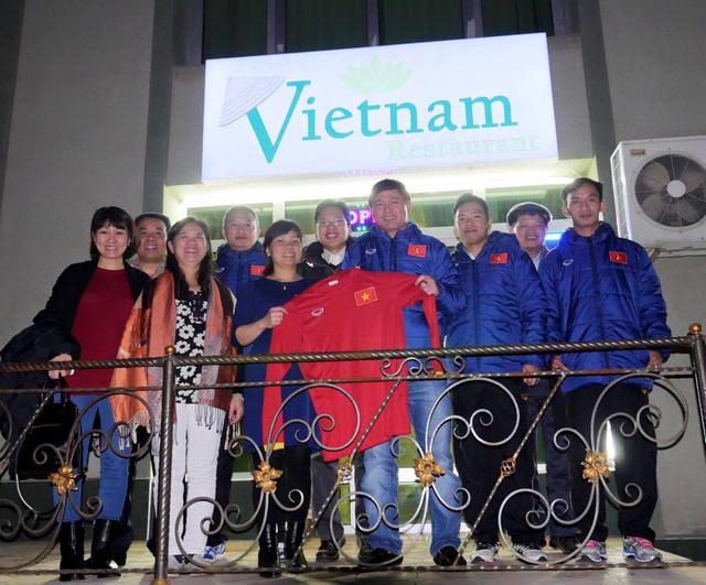 Thành viên đội tuyển futsal trao tặng chiếc áo lưu niệm cho mạnh thường quân
