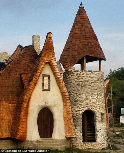 Razran và Gabriela Vasile đã chuyển đến đây từ thành phố Bucharest để hiện thực hóa ước mơ sống ở một vùng quê. Nhờ sự giúp đỡ của kiến trúc sư Ileana Mavrodin, họ đã xây dựng nên khách sạn bao gồm 10 phòng.