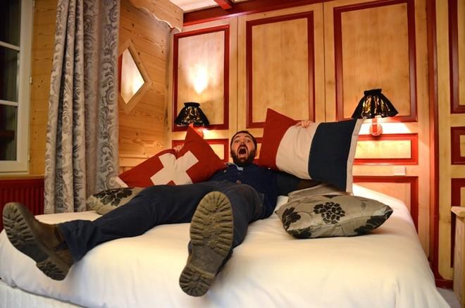 Chiếc giường này một nửa nằm ở Pháp, một nửa nằm ở Thụy Sĩ.