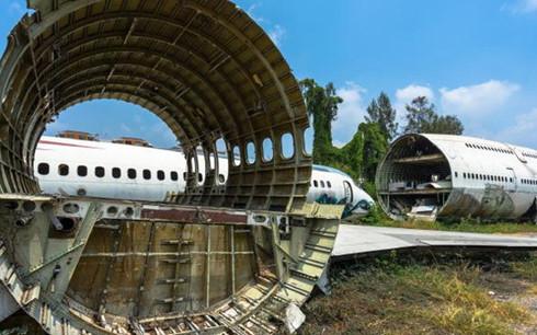 Nơi đây là một bãi cỏ rộng lớn gần đường Ramkhamaeng, chứa hàng loạt xác máy bay bỏ đi