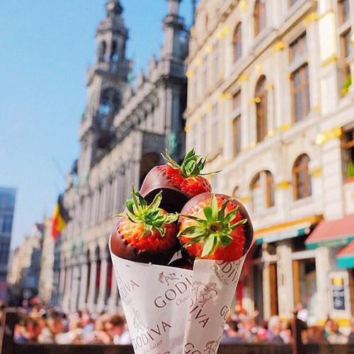 Người xem hẳn sẽ chảy nước miếng với món dâu tây bọc chocolate ngọt ngào ở Bỉ.