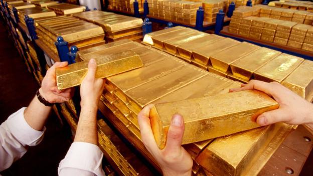 Cho đến nay, vàng vẫn là một trong những tài sản giao dịch quan trọng nhất thế giới. Mức giá của nó như một phong vũ biểu về niềm tin của người tiêu dùng. Giá cả tăng lên khi thị trường không ổn định, hoặc trước cuộc bầu cử Tổng thống Mỹ như hiện nay.